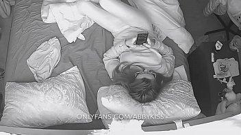 Благоверная встретила мужа с работенки дрочкой в пеньюаре на кроватки