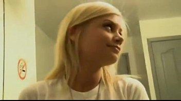 Шлюха-блондинка жарко ласкает свою лысую пизду