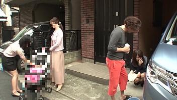 Японочка мастурбирует мохнатку перед камерой
