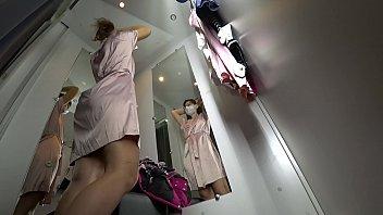 Девушка в черных чулках томно охает, когда ебется в позе раком и в иных позициях перед камерой