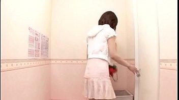 Две шалавы в миниатюрных юбках чпокаются с пикапером на улице