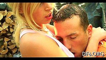 Мужчина усадил на большой член молодую блонду после мастурбации