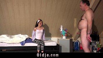 Созрелая девчонка развлекается с сексуальным факером