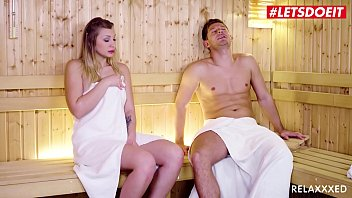 Секс с роскошной блондинкой с пирсингом в клиторе на кроватки