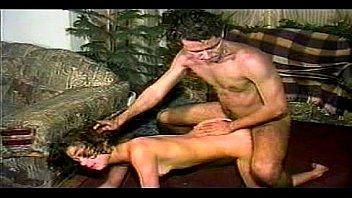 Молодая сучка так любит буйный секс, что подготовленна сношаться с мужчиной даже на деревянном полу
