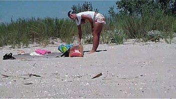 Молодая дамочка ласкает побритую киску в различных трусиках