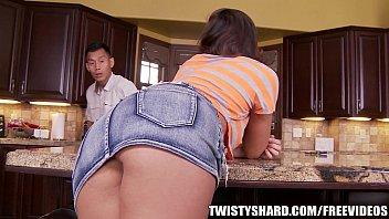 Саша грей и ее озабоченная подруга трахают мужчину вибратором