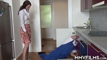 Шикарная незнакомка напросилась в дом и занялась любовью с парнем