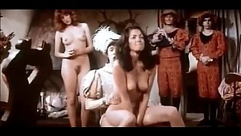 Девчоночка ссыт перед госпожой во времячко пыток расширителем