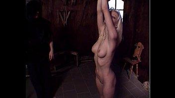 Обнаженная пара занимается больным, анальным поревом на деревянном полу напротив зеркала