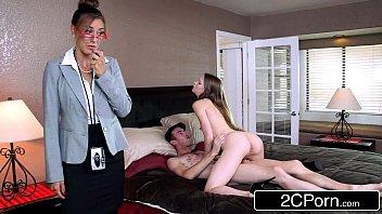 Русская мама с здоровенным задом запрыгнула на диван с молодым жеребчиком и поеблась с ним