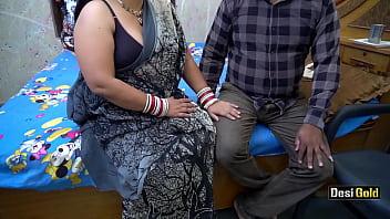 Девчушка умостилась рядом с молодчиком и подрочила его член ножками