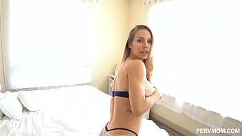 Женщина в корсете и нейлоновых чулочках ебется в жопу