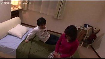 Молодчик пердолит в очко длинноволосую милашку и кончает на ее лицо перед объективом камеры