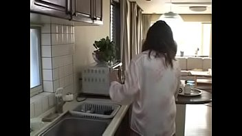 Хрупкая шлюха-домохозяйка в маске принимает в очко две рученьки приятеля