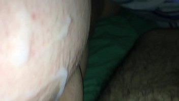 Шалава с силиконовыми дойками ласкает латексным фаллосом щель в солярии