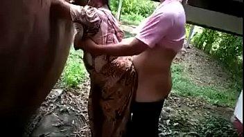 Грудастая мать режет ножницами на для себя нижнее белье и капроновые колготки