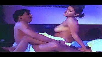 Извращенка демонстрирует свою большую голую жопу во время уборки