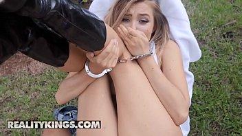 Доставщик жестко выебал грудастую проститутку в рот и задницу и покормил её спермой