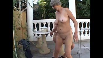 Сладкая блондиночка пожелала за баксы на интимные озорства с лесбиянкой