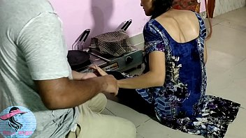 Одна хрупкая женщина наслаждается долбежкой с неграми