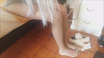 Русская тинка полизала подружке с косичками мокрощелку и потрахала её страпон в задницу