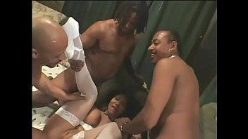 Негр вынул анально-вагинальную стразу из анала домработницы и отодрал ее