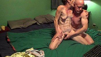 Грудастая сводная сестричка в юбченке порется с братиком в спальне